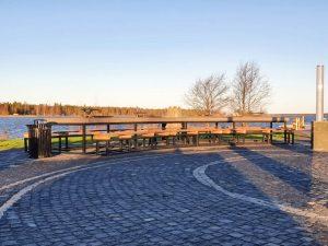 Pitkä betonipöytä ja penkit Kokkolan Meripuistossa.